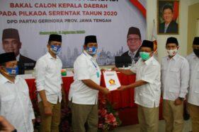 One Krisnata (tiga dari kiri) dan Muhammad fajri (dua dari kiri) saat mempeorleh rekomendasi Partai Gerindra di Semarang, Senin (3/8/2020). (Istimewa)