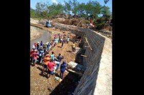 Salut! Pekerja Proyek Di Wonogiri Berhenti Kerja Dan Beri Hormat Saat Detik-Detik Proklamasi