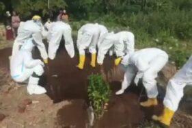 Petugas Makamkan Korban Covid-19 Pakai Tangan karena Warga Takut Pinjamkan Cangkul