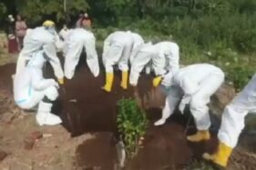 Potongan video saat petugas menutup kuburan jenazah korban Covid-19 tanpa cangkul. (Instagram/@makassar_iinfo)