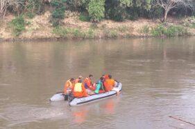 Tim SAR mencari bocah tenggelam di Sungai Bengawan Solo di Kampung Sewu, Kelurahan Sewu, Jebres, Solo, Rabu (12/8/2020). (Solopos-Albesya Iqbal)