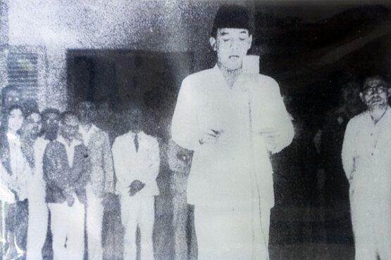 Soekarno didampingi Mohammad Hatta (kanan) membacakan teks Proklamasi Kemerdekaan Indonesia, 17 Agustus 1945. (Wikimedia.org)
