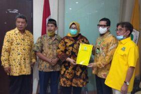Kusdinar Untung Yuni Sukowati (tengah) menerima rekomendasi dari Wakil Ketua Umum DPP Partai Golkar Ahmad Doli Kurnia Tandjung di DPP Partai Golkar, di Jakarta, Rabu (12/8/2020). (Istimewa/Anton Lami Suhadi)