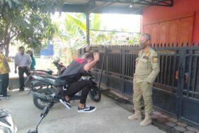 Kepala Satpol PP Sragen Heru Martono memberi hukuman squat jump kepada pemuda tak bermasker di Karangmalang, Sragen, Rabu (5/8/2020). (Istimewa-Satpol PP Sragen)