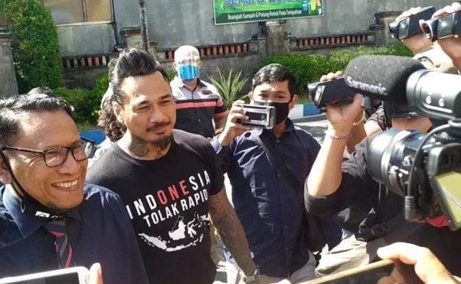 "Datangi Polda Bali, Jerinx SID Tanpa Masker & Pakai Kaus ""Tolak Rapid"""