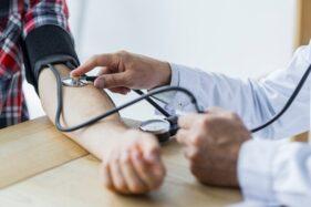 Ilustrasi mengukur tekanan darah. (Freepik)