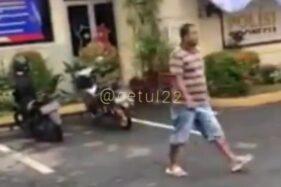Tangkapan layar video pria bawa parang di Polres Jember (Detikcom)