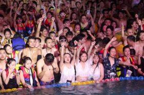 Covid-19 Berhasil Diatasi, Warga Wuhan Berpesta Pora di Kolam Renang