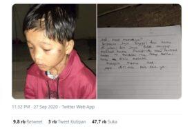 Foto bocah dan selembar surat yang menyatakan bahwa dia ditelantarkan orang tuanya di Pelalawan, Riau gara-gara terlalu bandel. (Twitter-@cursedwibu)