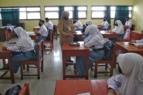 Plt. Kepala Disdikbud Jateng, Padmaningrum, berbincang dengan seorang siswa yang melaksanakan pembelajaran tatap muka di SMAN 2 Kota Tegal, Senin (7/9/2020). (Semarangpos.com-Humas PemprovJateng)