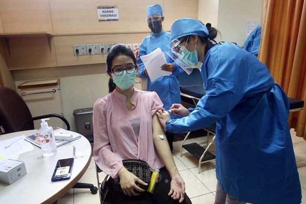 Sukarelawan dan tenaga kesehatan melakukan simulasi uji klinis vaksin Covid-19 di Fakultas Kedokteran Universitas Padjadjaran, Bandung, Jawa Barat, Kamis (6/8/2020). (Bisnis-Rachman)