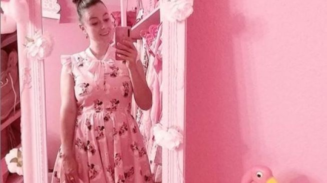 Totalitas Yasmin Si Penggemar Warna Pink, Luar Biasa!