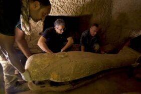 Para arkeolog membuka peti mati yang ditemukan di perkuburan kuno Saqqara, Mesir, Kamis (10/9/2020). (Thesun.co.id)