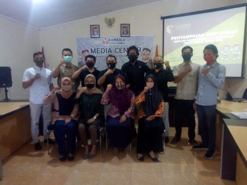 Peserta sekolah kader pengawasan partisipan berfoto bersama seusai menerima sertifikat di Kantor Bawaslu Grobogan, Selasa (15/9/2020). (Solopos.com/Arif Fajar Setiadi)