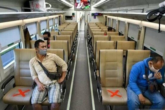 Sejumlah penumpang mengenakan masker di dalam gerbong kereta api luar biasa relasi Gambir-Surabaya Pasar Turi lintas selatan Pulau Jawa di Stasiun Gambir, Jakarta. (Antara)