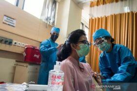 Petugas kesehatan menyuntikan vaksin kepada relawan saat simulasi uji klinis vaksin Covid-19. (Antaranews.com)