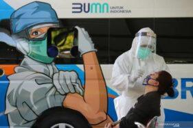 Warga menjalani swab tes di halaman kantor Kecamatan Tandes, Surabaya, Jawa Timur, Sabtu (19/9/2020). (Antaranews.com)