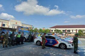Sebanyak 125 personel gabungan dan puluhan mobil Tim Tindak Covid-19 diapelkan di halaman Mapolres Karanganyar, Selasa (22/9/2020). (Solopos.com/Sri Sumi Handayani)