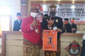 Paslon ABY-HJT menunjukkan nomor urut di KPU Klaten, Kamis (24/9/2020). (Solopos.com/Ponco Suseno)