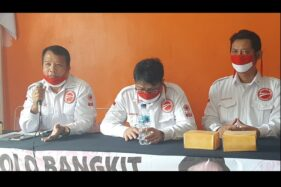 Ketua Umum Nusantara Bangkit, Ivan Purba (kiri), memberikan keterangan pers di Posko Nusantara Bangkit, Jl Ki Mangun Sarkoro, Sumber, Solo, Jumat (25/9/2020). (Solopos/Kurniawan)