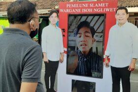 Seorang warga Bonorejo, Nusukan, Banjarsari, Solo, berdiskusi dengan cawali Solo, Gibran Rakabuming Raka, 33, melalui virtual campaigne box, Sabtu (26/9/2020) sore. (Solopos.com/Kurniawan)