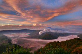 Panorama Gunung Bromo, Jawa Timur saat matahari terbit, Rabu (26/4/2020). (Bisnis-Abdullah Azzam)