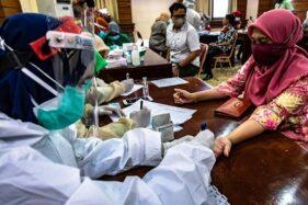 Petugas medis melakukan tes usap (swab) COVID-19 terhadap seorang pegawai ASN Pemkot Semarang di Balai Kota Semarang, Jawa Tengah, Kamis (11/6/2020). (Antara-Aji Styawan)