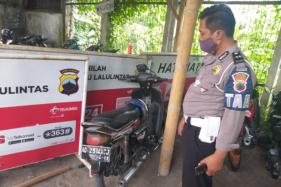 Seorang anggota polisi mengecek sepeda motor yang dikendarai Harto Sehoni di Bakung, Jogonalan, Klaten, Senin (21/9/2020). Kecelakaan yang melibatkan sepeda motor dengan mobil itu mengakibatkan pengendara sepeda motor meninggal dunia. (Solopos/Ponco Suseno)