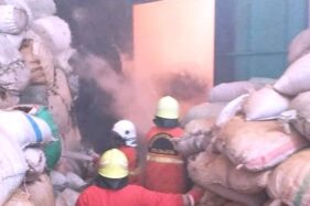Petugas pemadam kebakaran berusaha memadamkan api yang membakar gudang bahan pakan ternak di Salatiga, Jawa Tengah (Jateng), Senin (21/9/2020). (Istimewa)