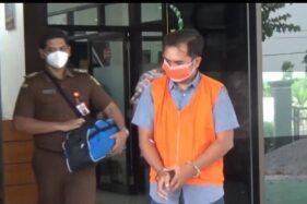 Tersangka kasus korupsi dana debitur BRI KCP Dolopo saat keluar dari kantor Kejari Mejayan, Kabupaten Madiun, Senin (21/9/2020). (Solopos.com/Abdul Jalil)