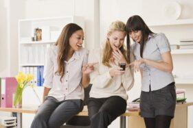 Pergaulan dengan rekan kerja di kantor. (Popsugar.com)