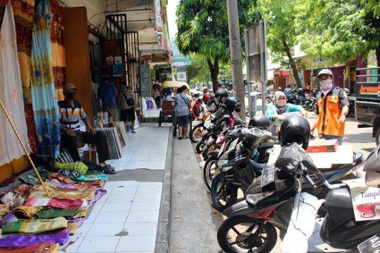Dagangan kain gorden digelar oleh pedagang di teras depan toko yang tutup di belakang Pasar Kota Sragen, Senin (21/9/2020). (Solopos/Tri Rahayu)