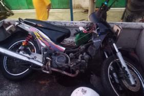 Kondisi sepeda motor yang terlibat kecelakaan dengan dua bus sekaligus di Jl. Raya Solo-Sragen, Selasa (22/9/2020) pagi. (Istimewa/Satlantas Polres Karanganyar)