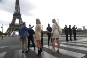Polisi langsung memblokir jalan menuju Menara Eiffel Paris. (AP)