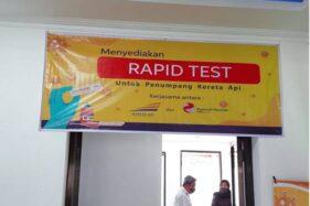 Layanan rapid test di Stasiun Madiun untuk memberikan kemudahan pelanggan yang akan menggunakan kereta api pada masa adaptasi kebiasaan baru pandemi Covid-19. (Antara)