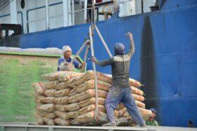 Ilustrasi aktivitas bongkar muat produk Semen Gresik di Pelabuhan Khusus Tuban, Jawa Timur. (Istimewa/Humas SG)