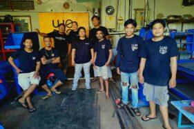 Putu Hermawan beserta tim Wedoo Workshop