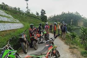 Bupati Karanganyar, Juliyatmono dan rombongan menikmati pemandangan alam dengan mengendarai trail di jalur Tawangmangu-Ngargoyoso, Karanganyar, Senin (21/9/2020). (Istimewa/Dokumentasi Pribadi)