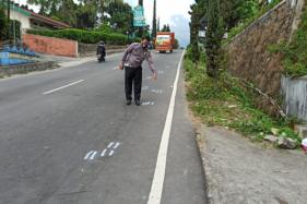 Polisi menunjukkan lokasi saat pelaku tabrak lari menabrak korban hingga meninggal dunia di depan Pondok Garuda, Tawangmangu, Karanganyar, Kamis (24/9/2020).