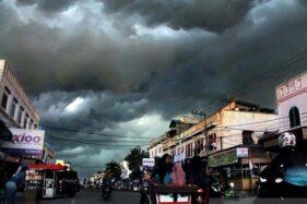 Awan hitam menutupi langit di atas Kota Lhokseumawe, Aceh, pada musim penghujan. (Antara -Rahmad)
