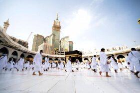 Umat Islam dengan memakai masker dan menjaga jarak fisik melakukan Tawaf mengelilingi Kakbah saat musim Haji di Kota Suci Mekkah, Arab Saudi, Jumat (31/7/2020). (Antara-Reuters-Saudi Press Agency)