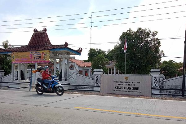 Kantor Kelurahan Sine, Kecamatan Kota Sragen, Kabupaten Sragen, ditutup sementara setelah salah seorang pegawai dinyatakan positif corona, Senin (28/9/2020). (Solopos/Moh. Khodiq Duhri)