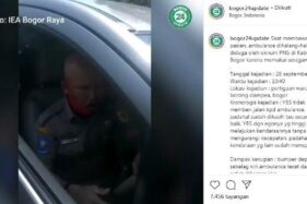 Tangkapan layar pengendara mobil memakai seragam dinas Kabupaten Bogor yang viral menghadang mobil ambulans. [Instagram@bogor24update]