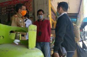 Sekretaris Dinas Perdagangan Koperasi dan Usaha Mikro Kabupaten Madiun, agus Suyudi, bersama tim melakukan pemantauan terkait ketersediaan gas elpiji 3 kg, Senin (28/9/2020). (Solopos.com/Abdul Jalil)