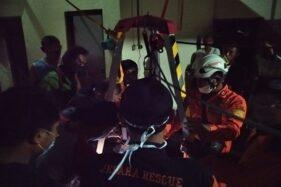 Tim SAR gabungan, sukarelawan, dan warga saat mengevakuasi ibu dan anak yang tercebur sumur di Jepara, Senin (28/9/2020). (Istimewa)