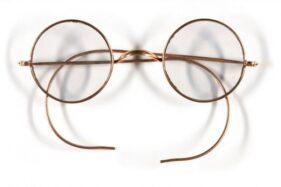 Kacamata Windsor bulat milik John Lennon yang turut dilelang oleh Sotheby's. (Antara-Sotheby's)