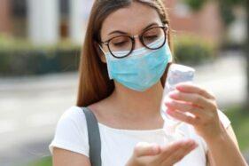 Ilustrasi seorang perempuan berkacamata mengenakan masker. [Shutterstock]