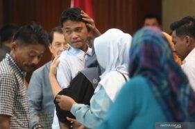 Ilustrasi, WNI yang sempat disandera kelompok Abu Sayyaf di Filipina Selatan, Heri Ardiansyah (tengah) saat serah terima di Kementerian Luar Negeri, Jakarta, Kamis (11/4/2019). (Antaranews.com)
