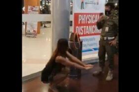 Viral rekaman cewek cantik dihukum squad di mall. (Istimewa)