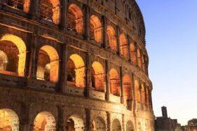 Ukir Nama di Pilar Colosseum, Turis Ini Diciduk Polisi